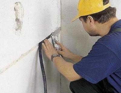 На фото изображена закрытая проводка, которую в конце заделывают штукатуркой.