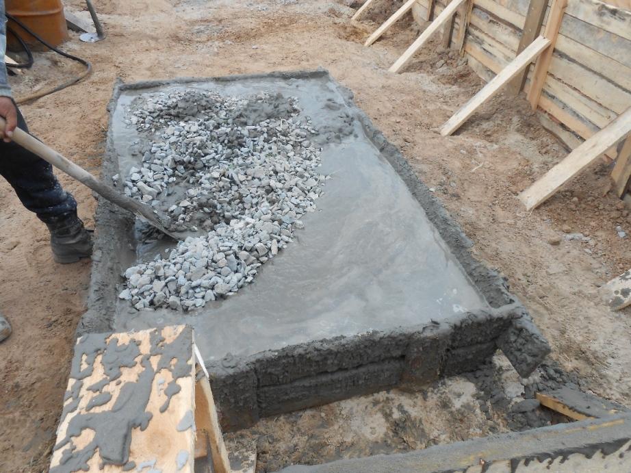 Добавление гравия в бетонный раствор