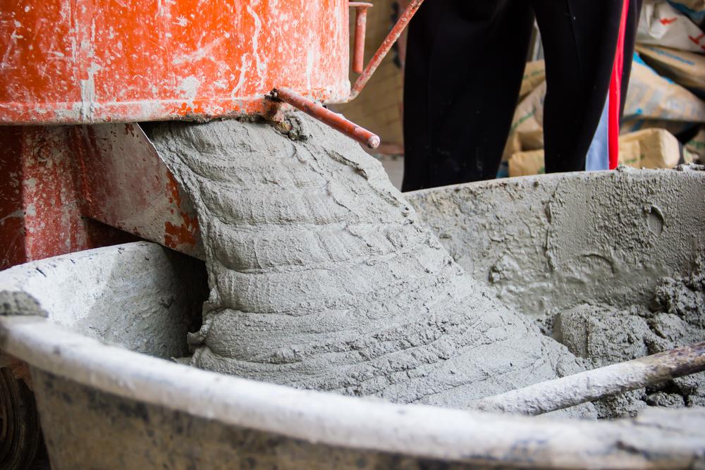Замешивание бетонного раствора с помощью бетономешалки