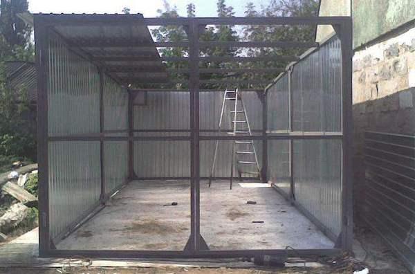 Фото гаража на стадии обшивки