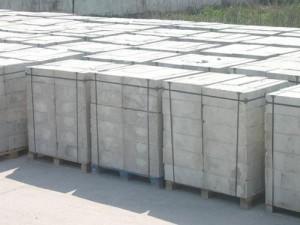 Это - газоблоки на поддонах, так их транспортируют с завода-производителя на склад или к покупателю.
