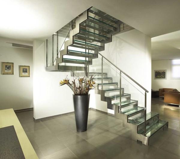 Стильная межэтажная лестница призвана подчеркнуть эстетичность интерьера