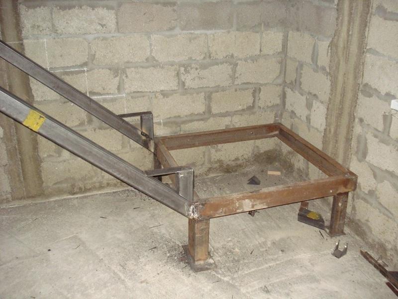 Процесс сборки: на стальную тетиву привариваются уголки-кобылки