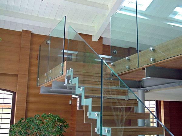 Сплошные перила в форме прямоугольных стеклянных экранов