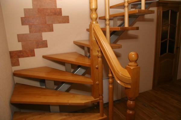 Пример комбинации материалов: ступеньки и перила из дерева, а центральный косоур из металла