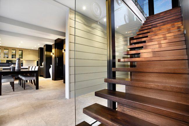 Лестница даже в небольшом одноэтажном доме с мансардой должна быть удобной и практичной
