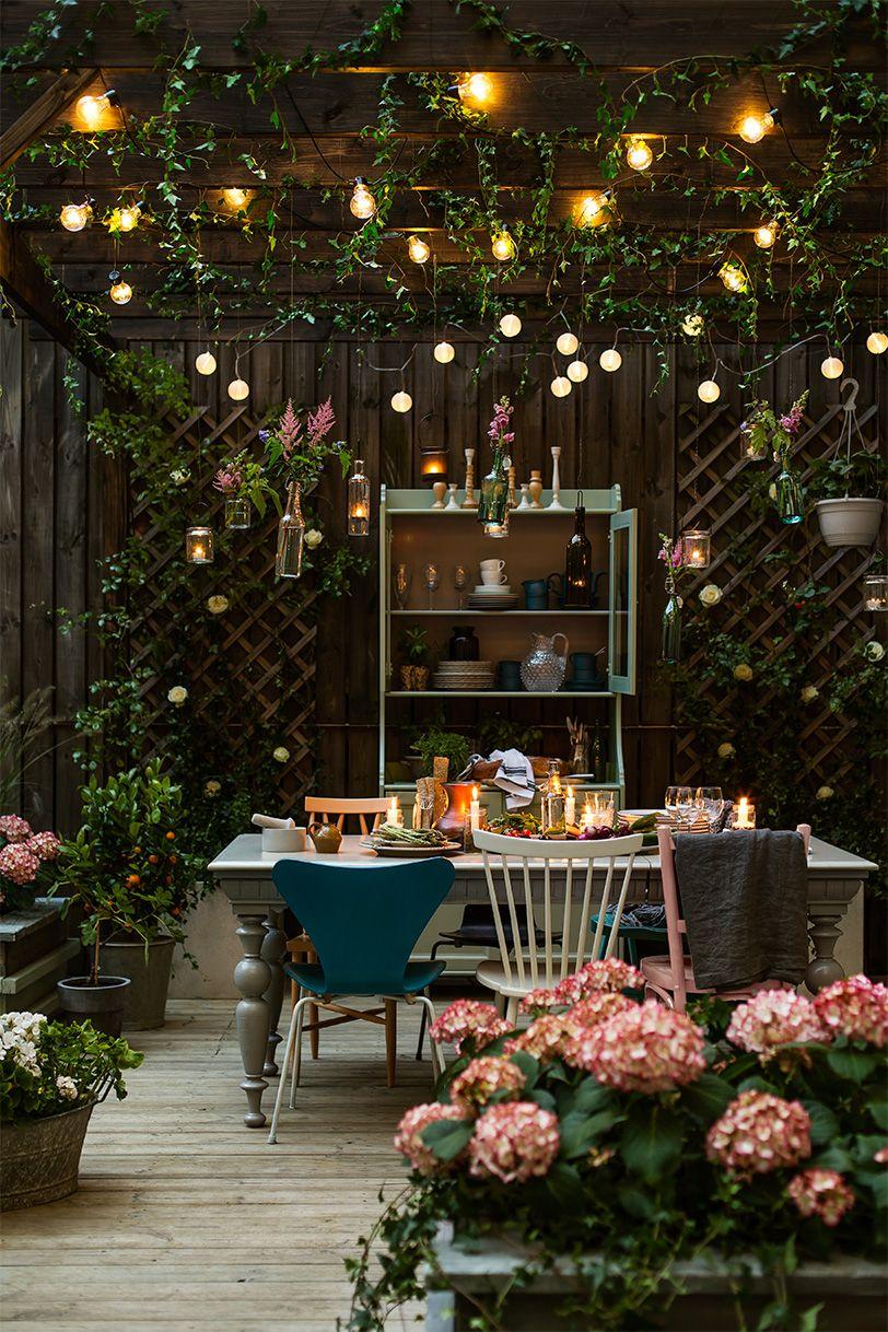 Обустройство террасы деревянной мебелью и домашними растениями