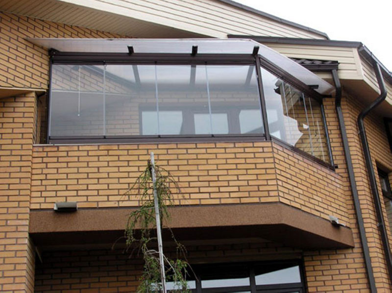 Выбор многощипцовой конструкции позволил оборудовать дополнительный балкон