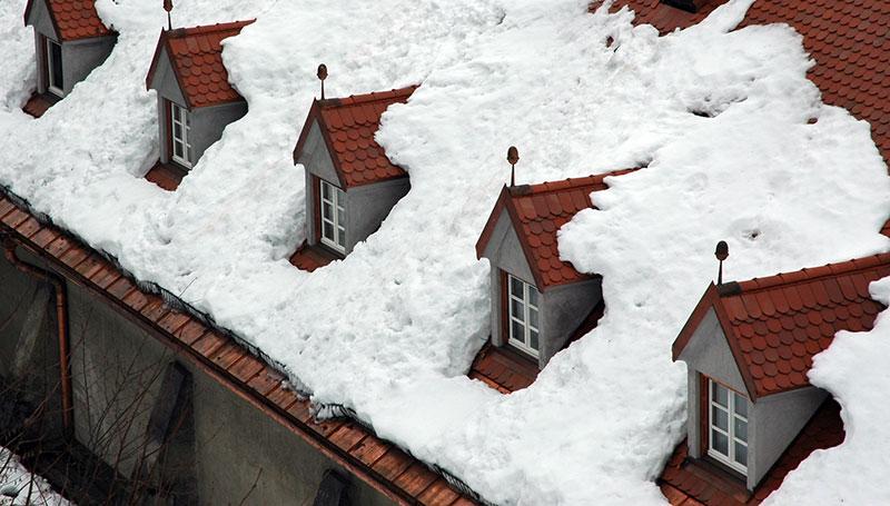 Снежные массы на сложной крыше