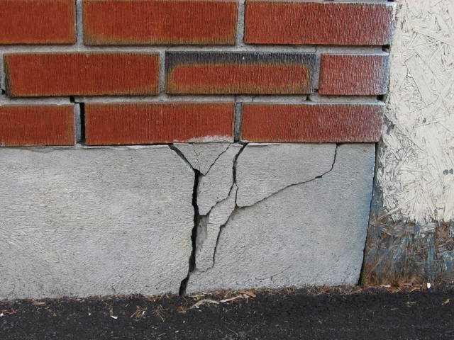 Трещины фундамента – первый признак разрушения
