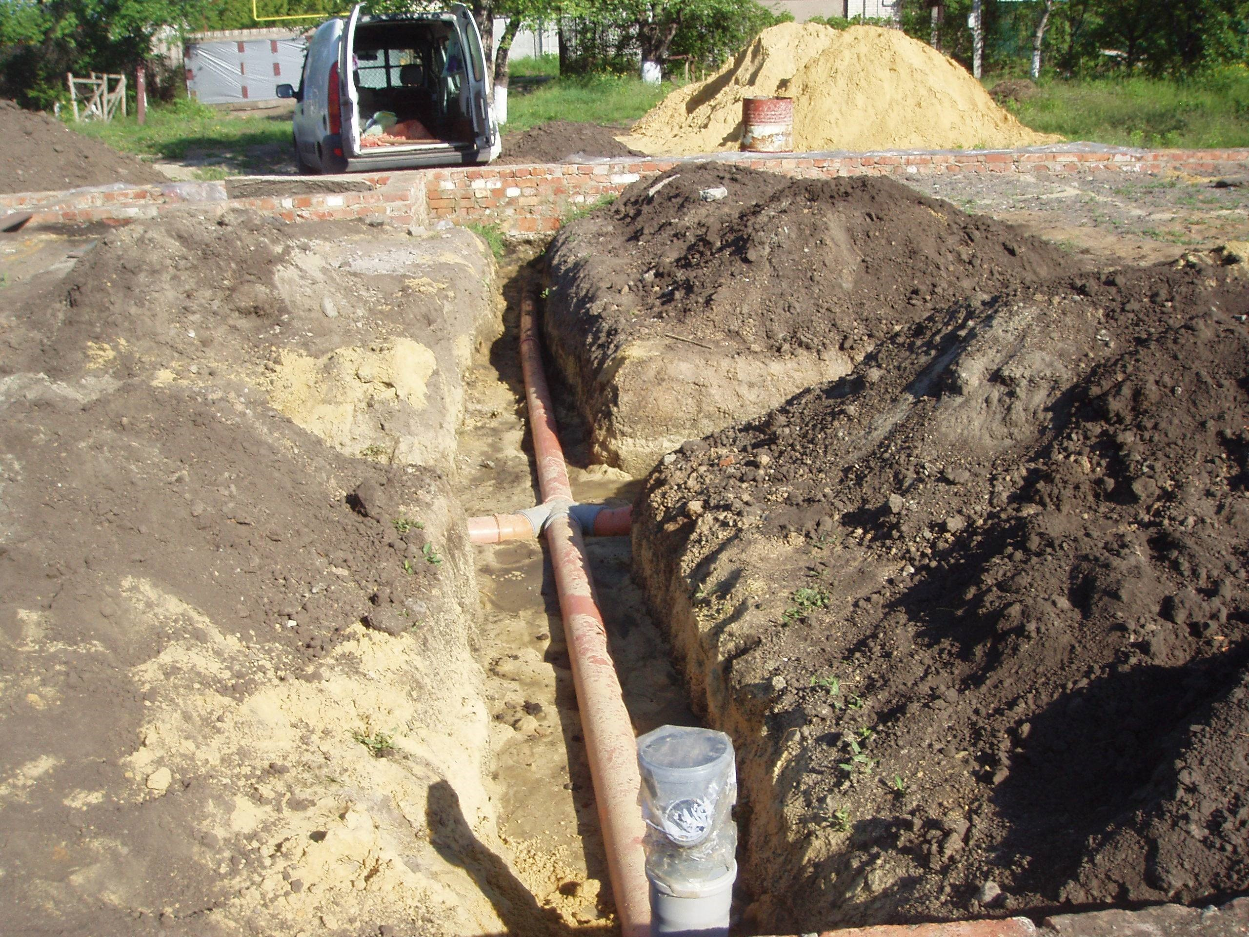 Необходимо выкопать специальную траншею для труб