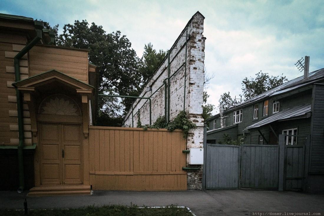 Каменная перегородка между деревянными зданиями