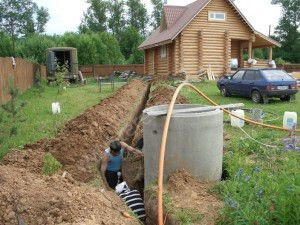 Рытье канавы для прокладки труб