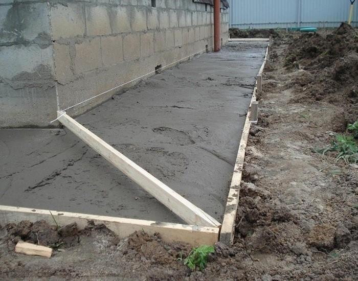 Чтобы во время холодов бетон не растрескался, нужно выполнить деформационные швы