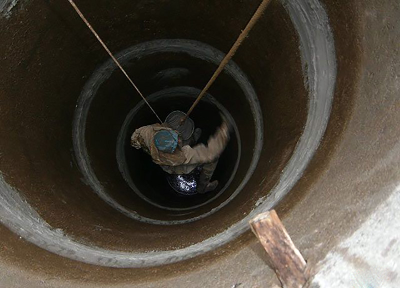 Нанесение гидроизоляции изнутри бетонных колец