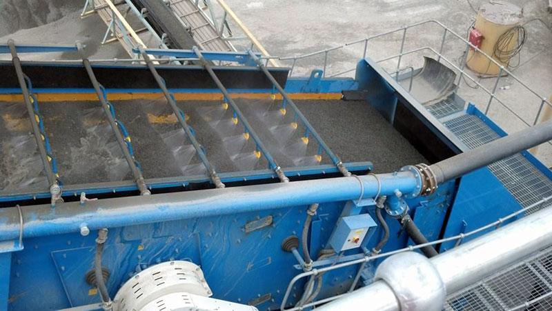 Установка для промышленного просеивания и промывки глинистого песка