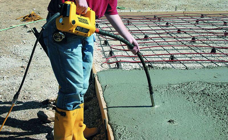Уплотнение бетона погружным глубинным вибратором