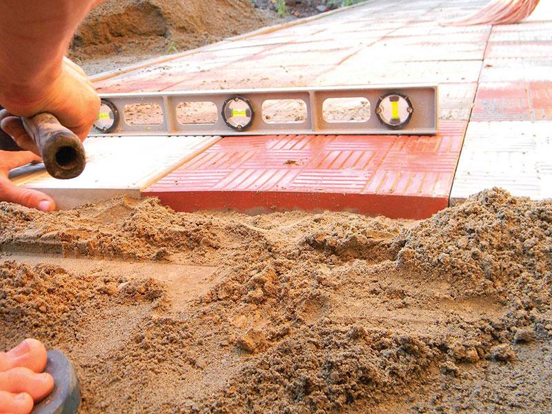 Выравнивание песчаной подушки под плитку