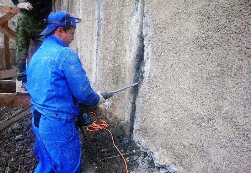 Подготовка трещин в бетонной стене