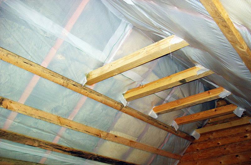 Защита потолка в гараже слоем пароизоляции