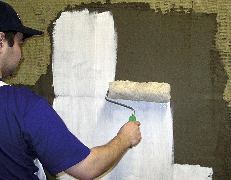 Грунтовка наружных стен дома валиком