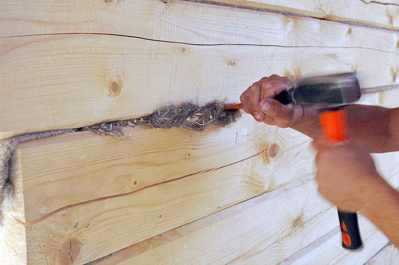 Утепление щелей в деревянном доме