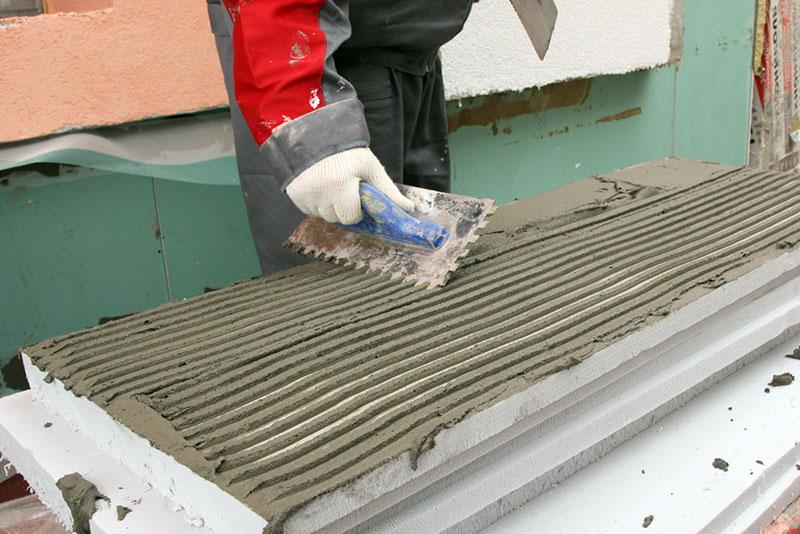 Нанесение клея на плиту пеноплекса