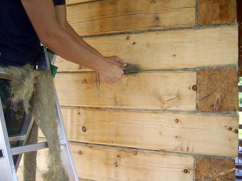 Конопатка щелей в стенах из цельного бруса