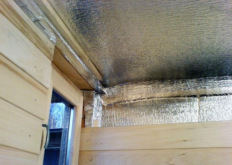 Укладка пароизоляции на потолок с нахлестом