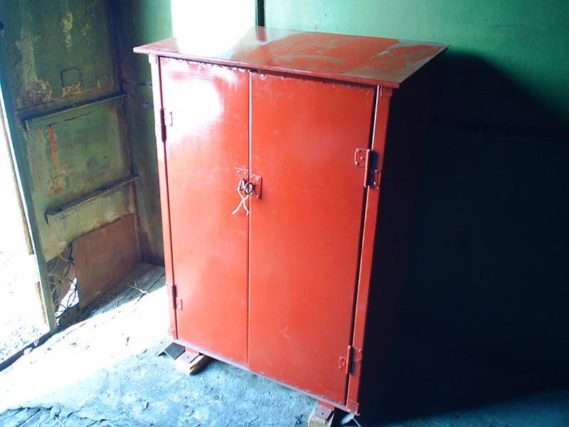 Металлический шкаф для газовых баллонов
