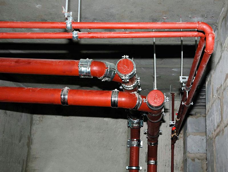 Жесткое крепление труб канализации