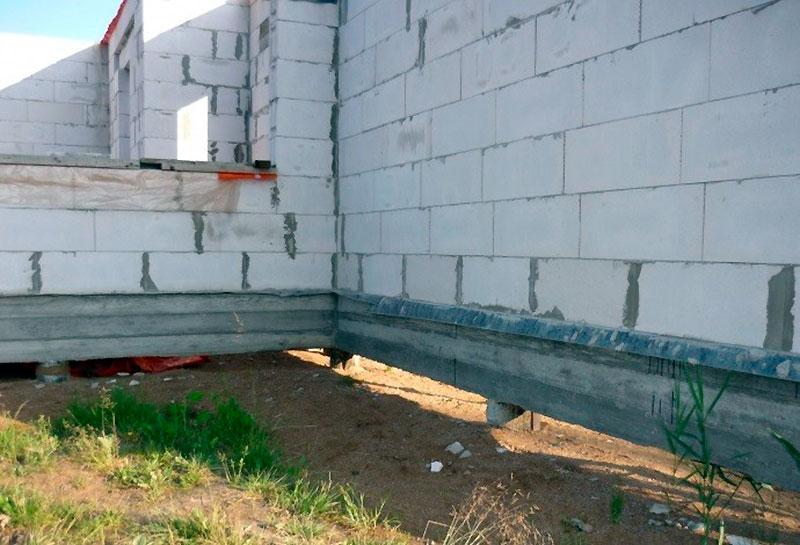 Соединение стен и фундамента бани
