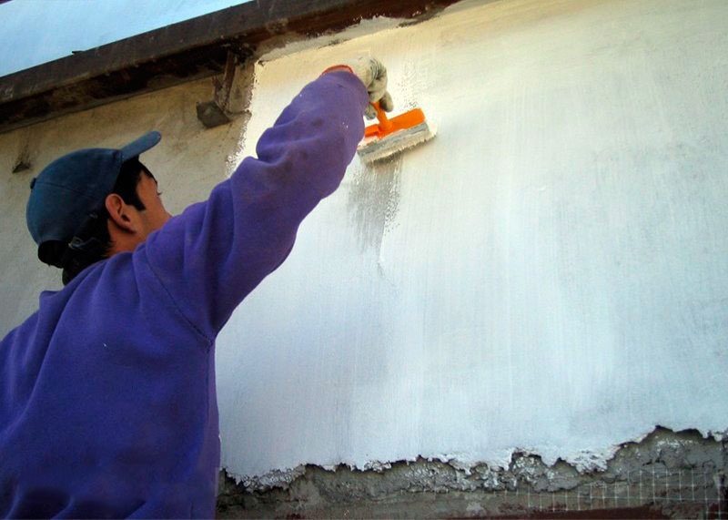 Нанесение термоизолирующей краски кистью
