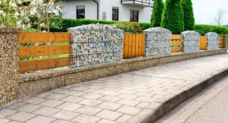 Ограда из сочетаний нескольких стройматериалов