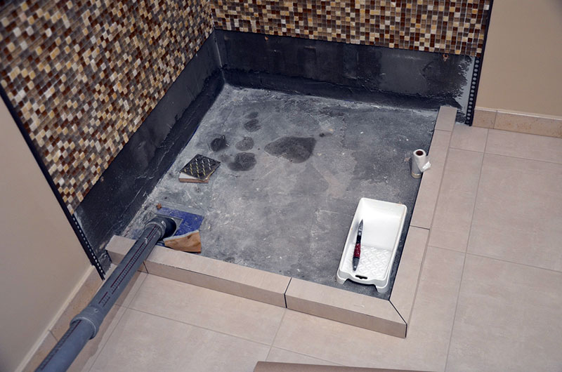 Борта поддона облицованы керамической мозаичной плиткой