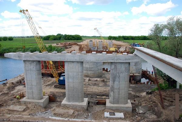 Формирование бетонной опоры для моста