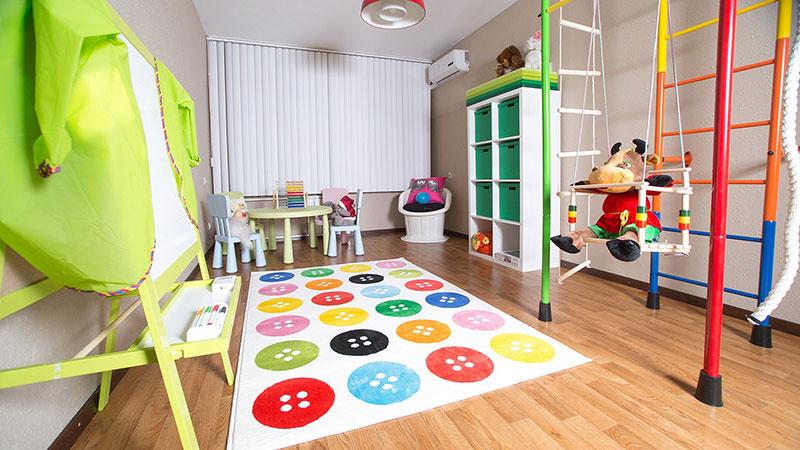 Большая детская комната с игровой зоной