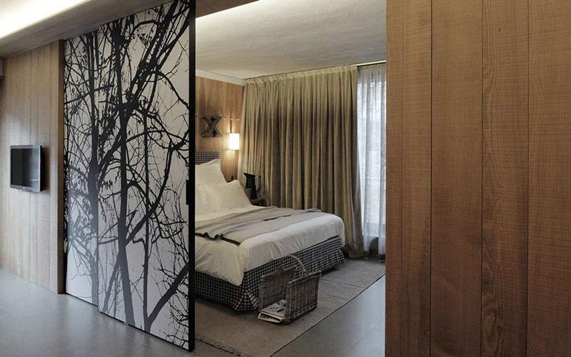 Раздвижные двери в спальной комнате